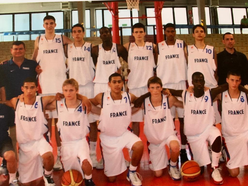 Evan Fournier avec son premier maillot de l'équipe de France (numéro 10 en haut à droite) à Udine en U15