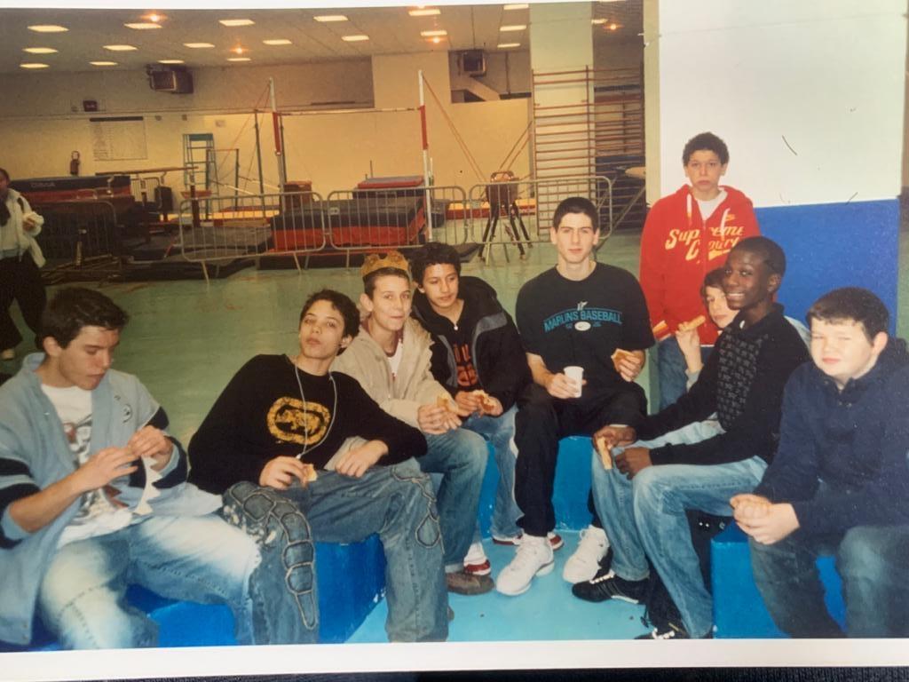 Chaîne autour du cou avec les copains de Saint-Charles de Charenton en 2006