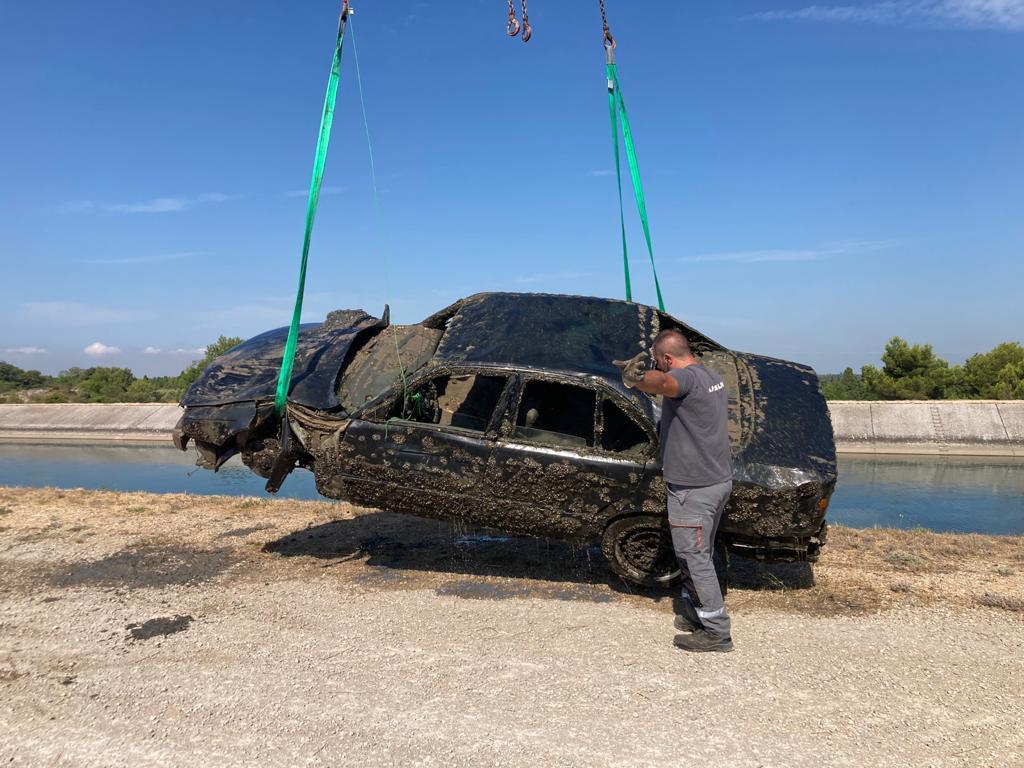 La gendarmerie espère trouver des indices dans ces carcasses de voitures