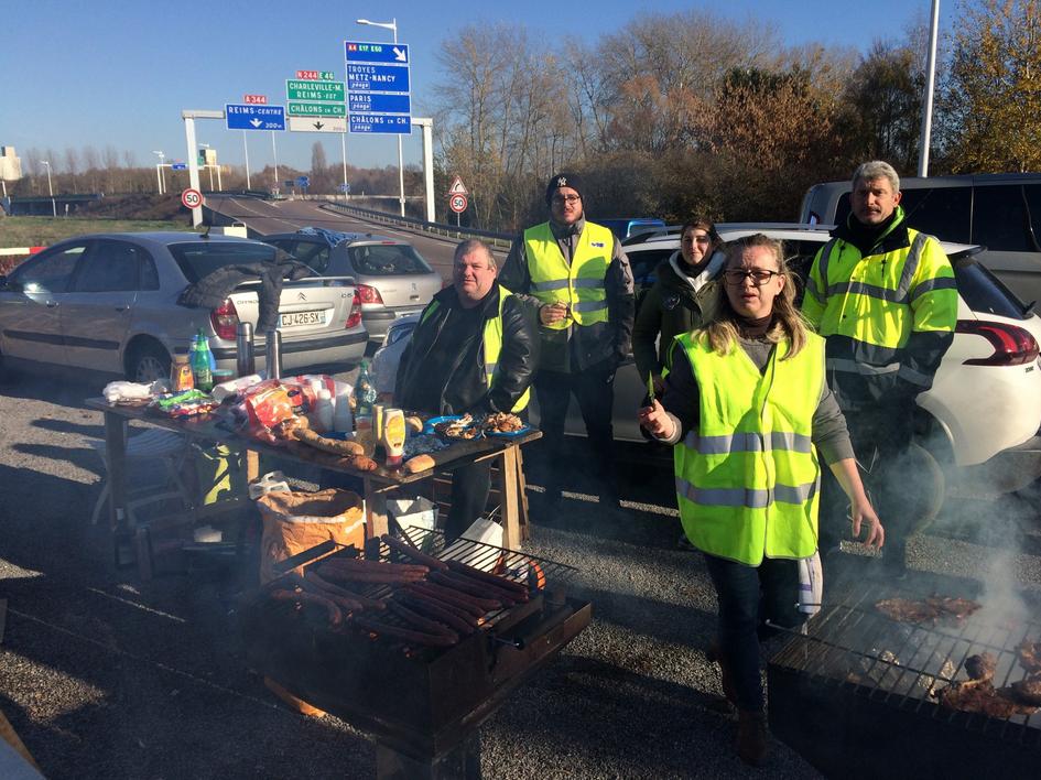 """Des """"gilets jaunes"""" ont fait un barbecue sur le bord des routes à Cormontreuil près de Reims"""
