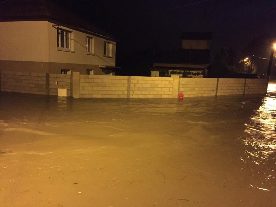 Une route inondée durant la nuit à Saint-Julien-du-Sault (Yonne)