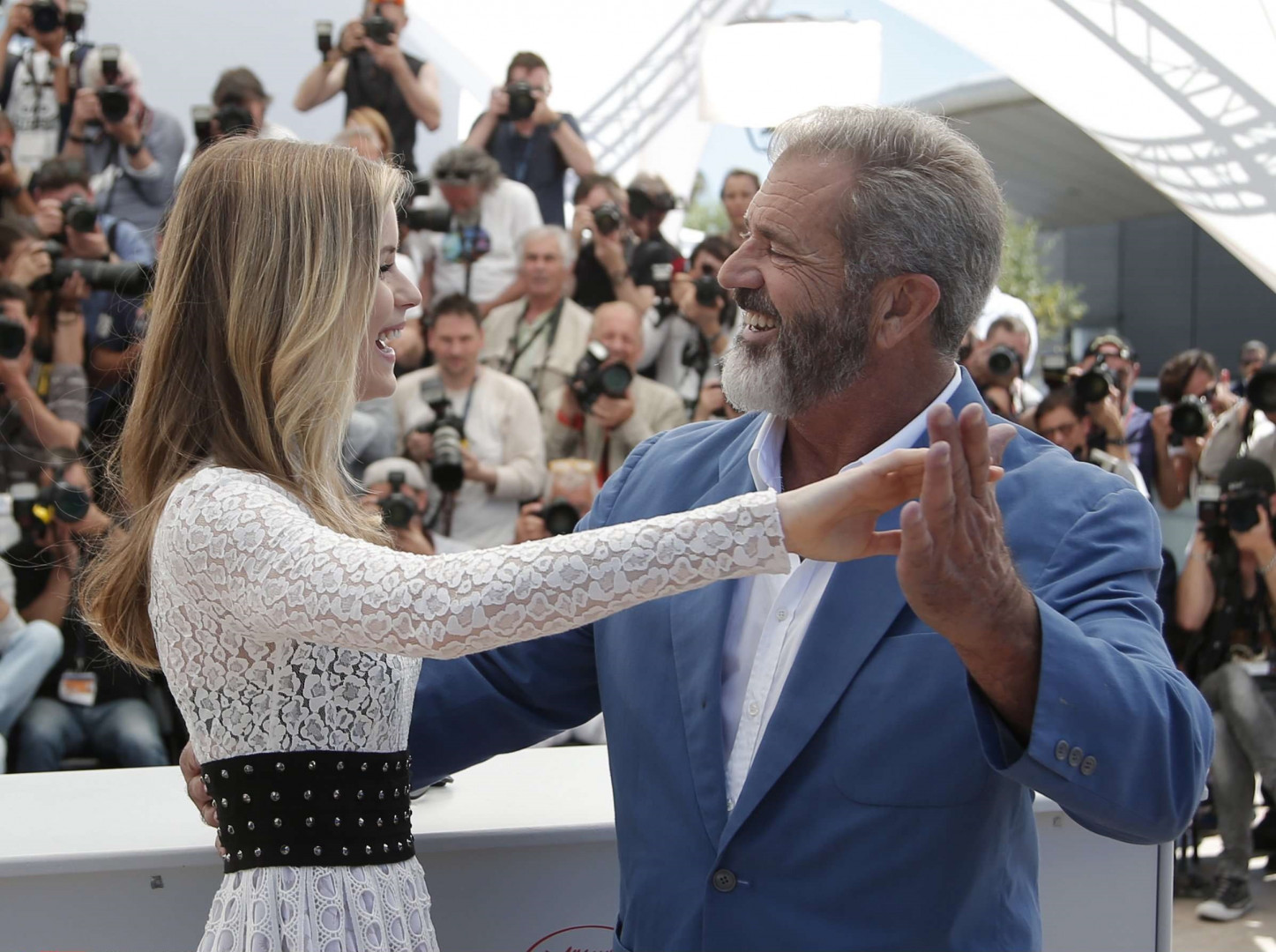 Mel Gibson et Erin Moriarty se sont offerts une danse sous les yeux des photographes.