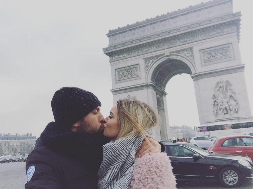Les amoureux Jordi Alba et Romarey Ventura sous l'arc de Triomphe