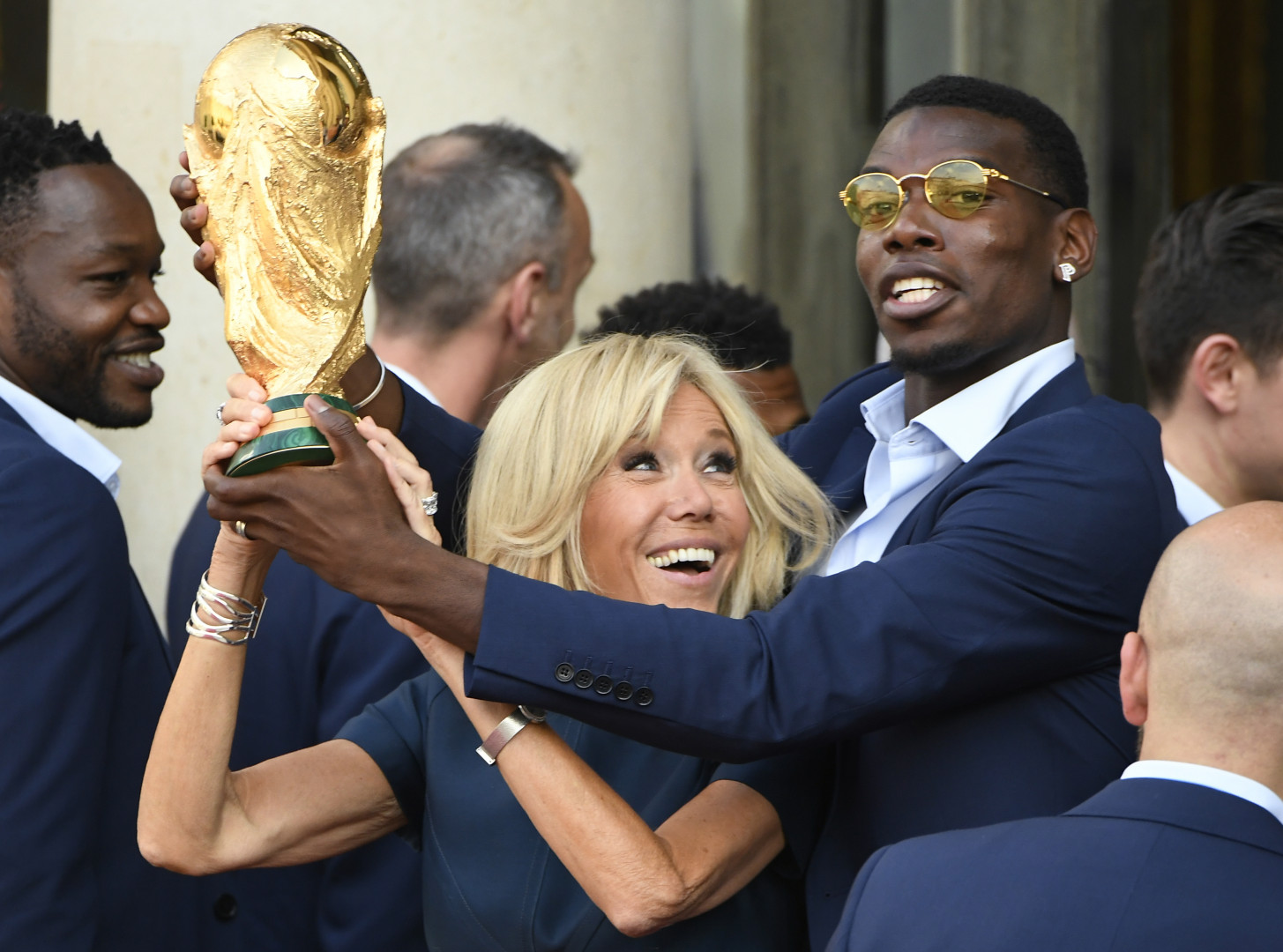 Brigitte Macron et Paul Pogba brandissent la Coupe du Monde le 16 juillet à l'Élysée