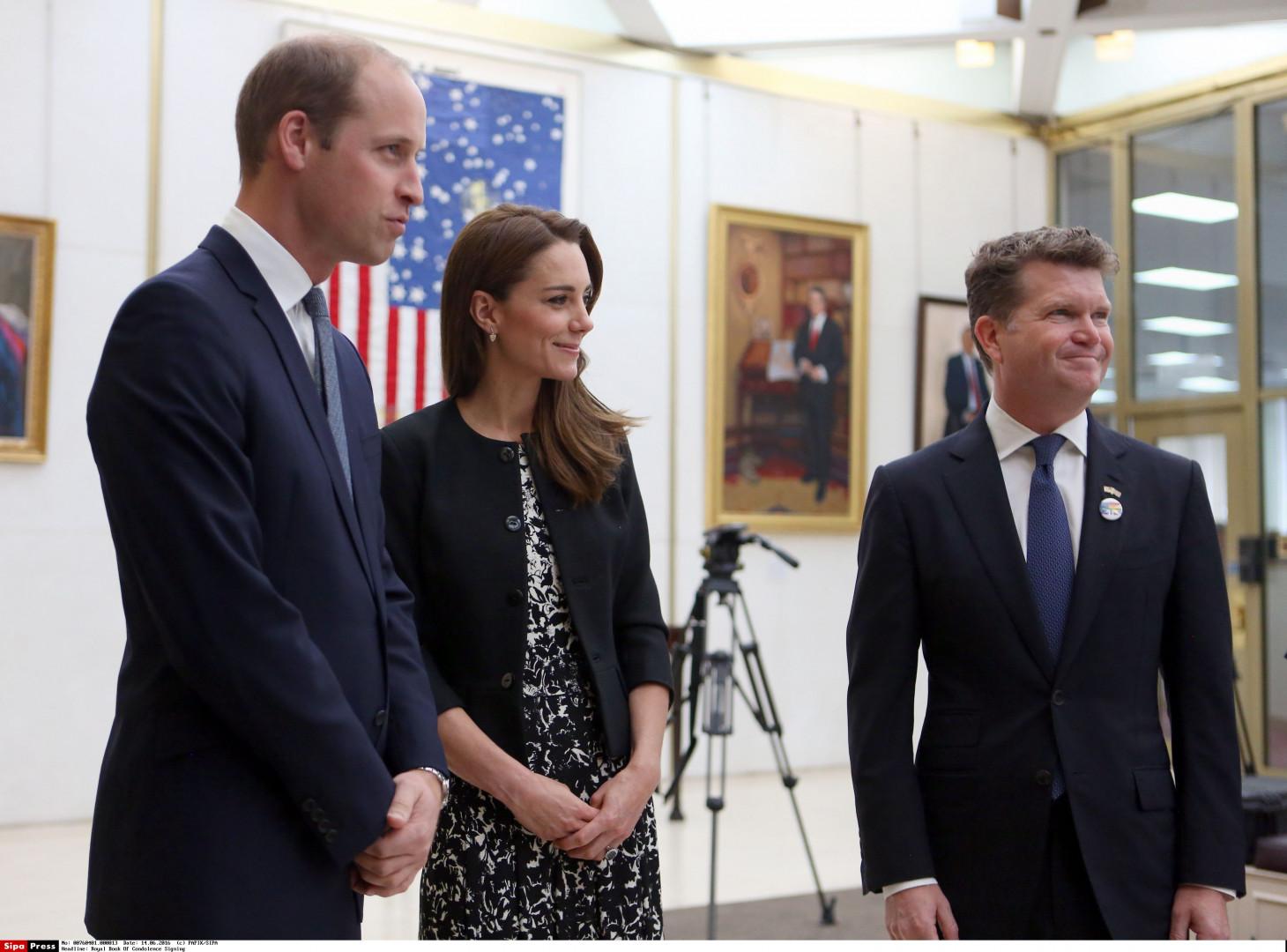 Le prince William et la duchesse de Cambridge à l'ambassade américaine à Londres pour rendre hommage aux victimes d'Orlando