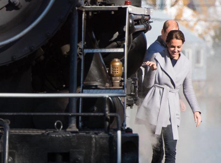 Le duc et la duchesse sont montés à bord du train à vapeur White Pass à Carcross dans le Yukon