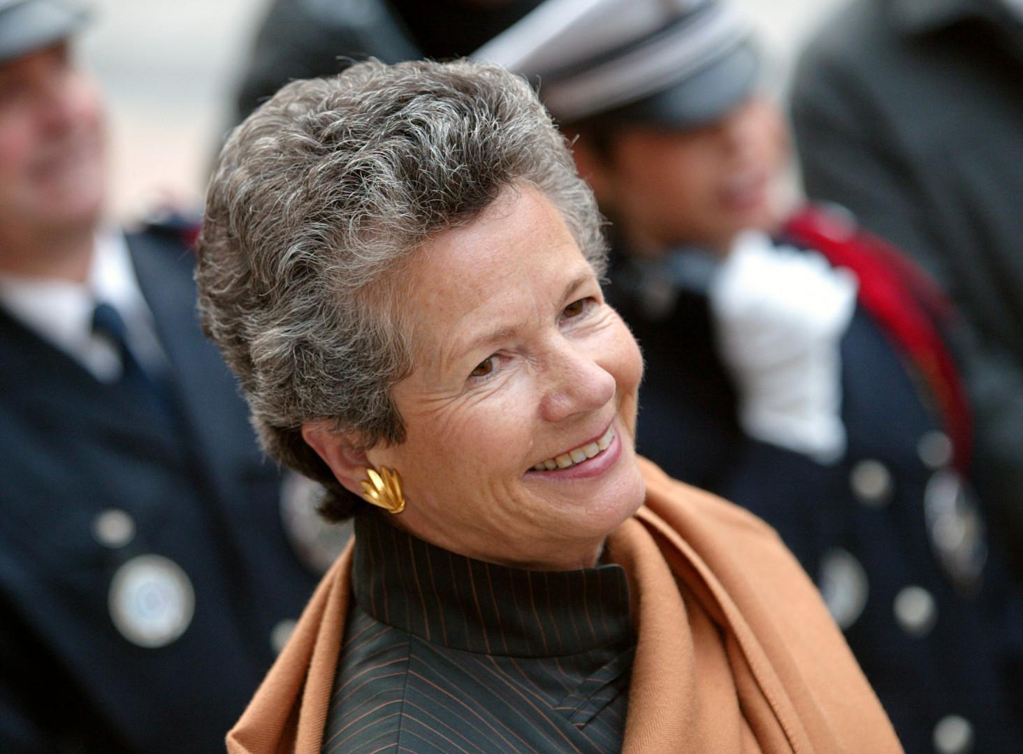 """Anne-Aymone Giscard d'Estaing le 23 octobre 2004, pour une visite de l'exposition de peinture contemporaine Jordanienne """"Au delà du Réalisme"""" en présence de la reine Rania de Jordanie"""