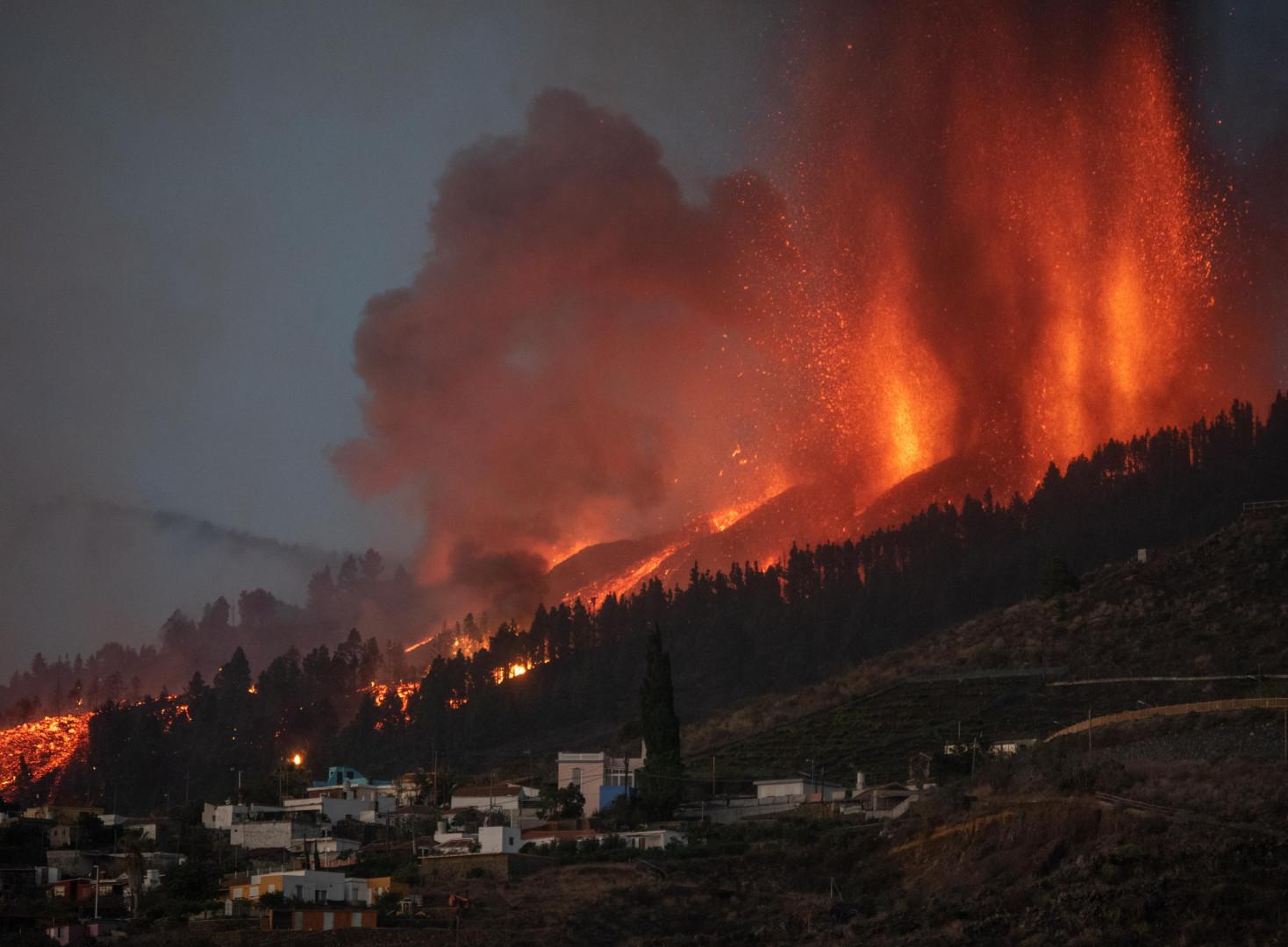 """""""De grandes colonnes de fumée, de cendres ainsi que des coulées de lave s'échappaient de plusieurs points du volcan"""" témoigne une correspondante de l'Agence France-Presse (AFP) sur place."""