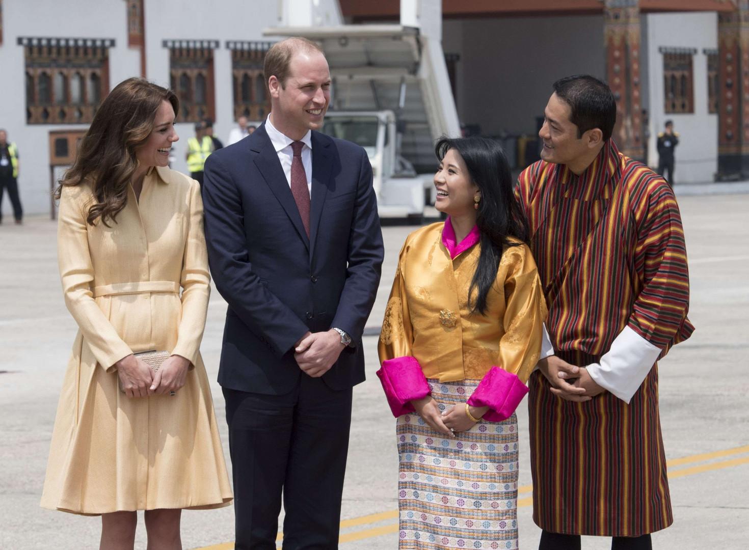 Arrivée à l'aéroport de Paro, le couple royal est accueilli par la princesse Ashi Chimi Yangzom