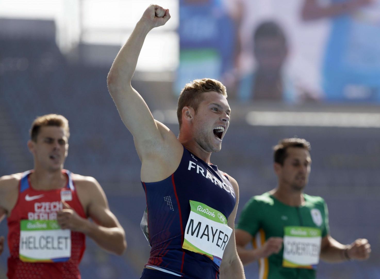 Kévin Mayer le poing levé après sa 4e place au 100m du décathlon.