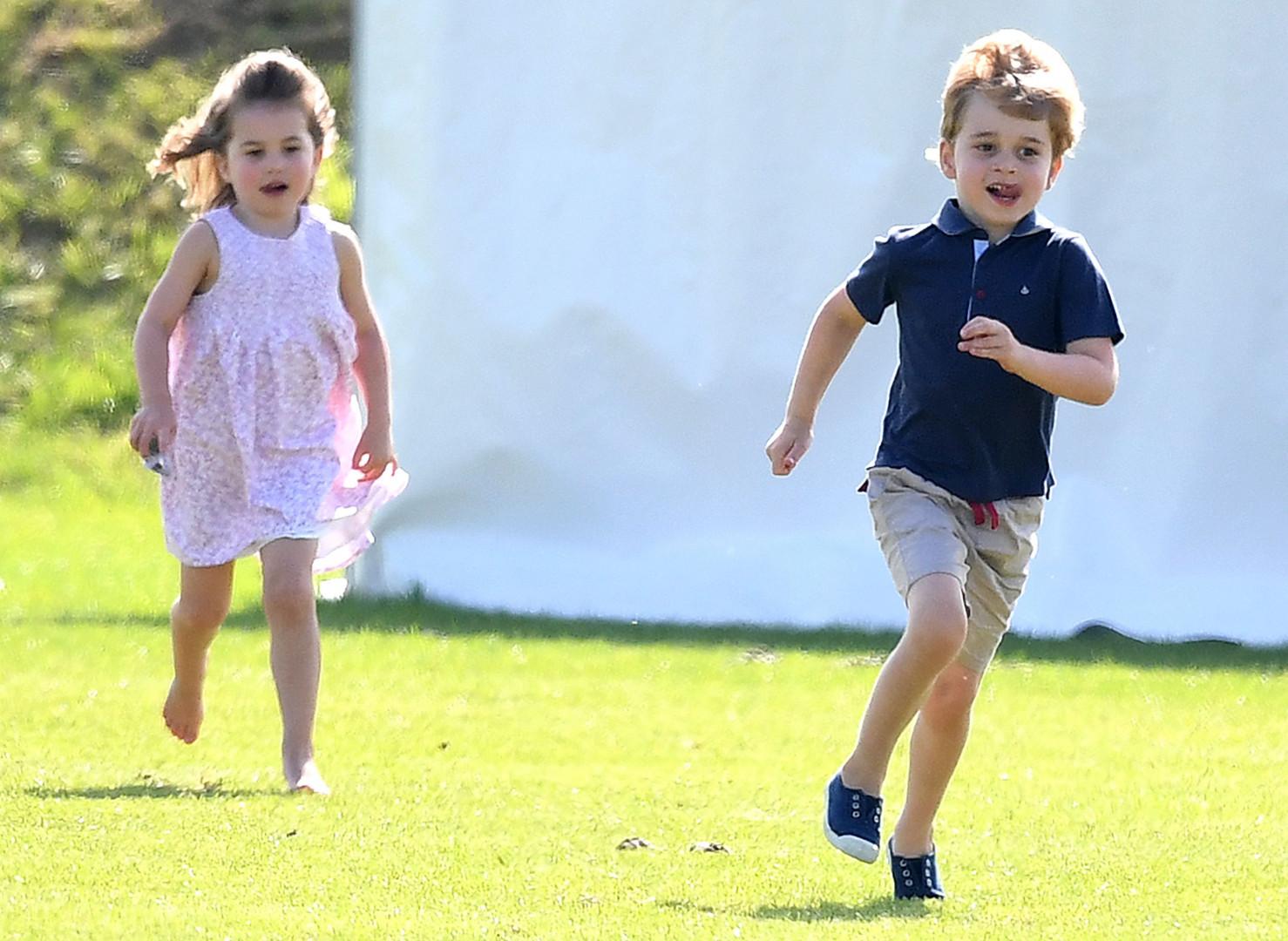 La princesse Charlotte et le prince George font la course sur le terrain