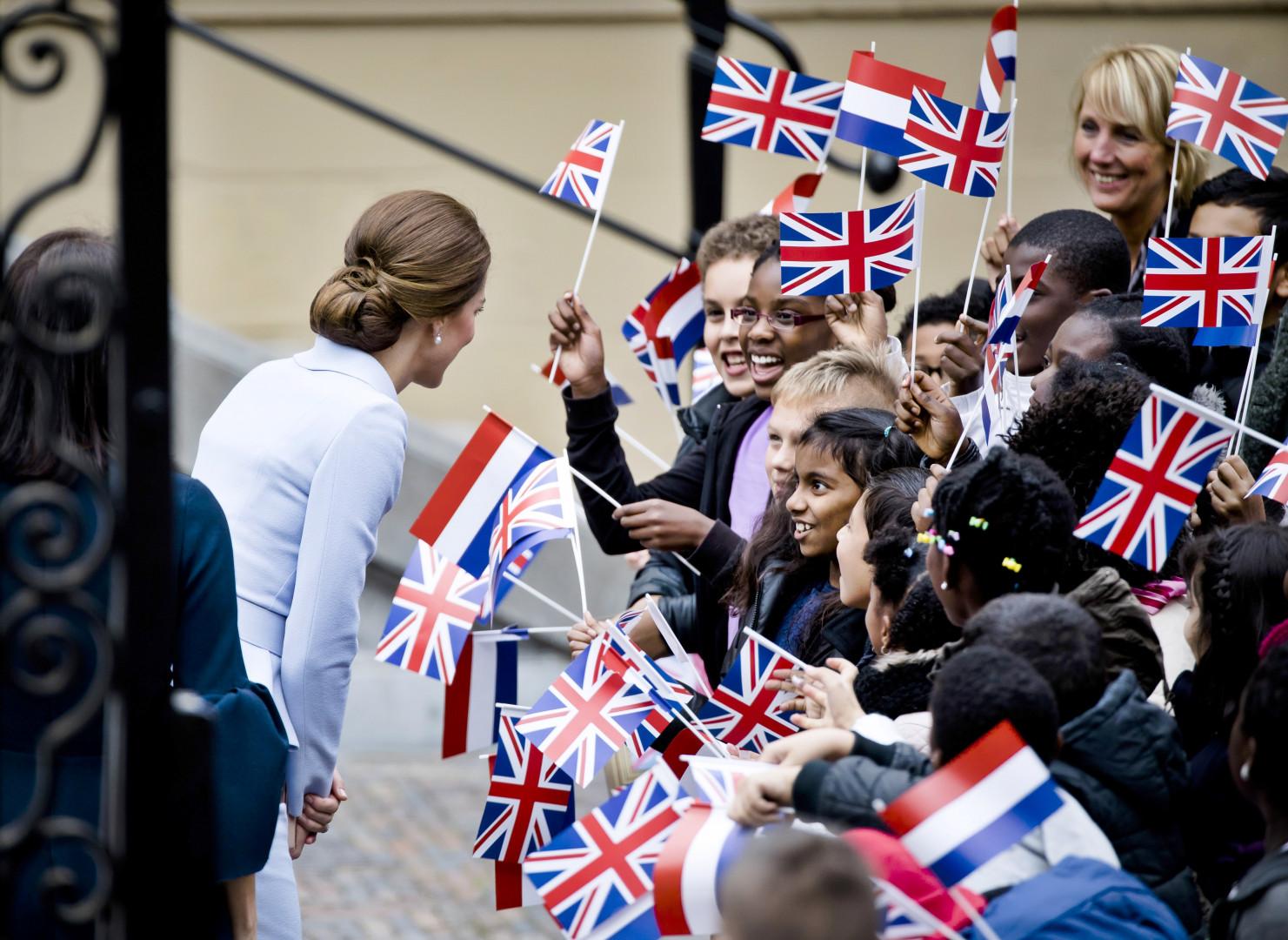 La duchesse britannique a été accueillie par un groupe d'enfants à La Haye le 11 octobre 2016