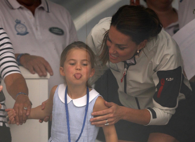 La princesse Charlotte tire la langue aux photographes