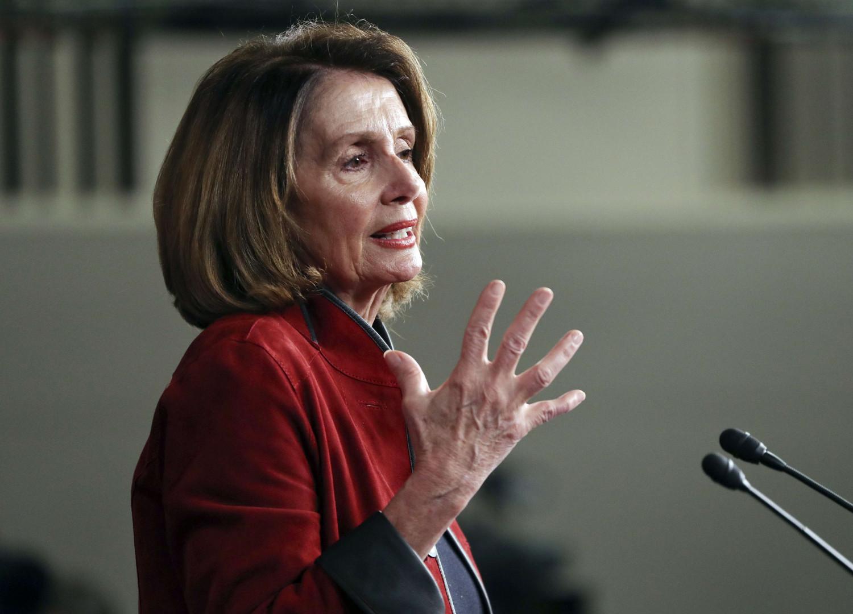 """Nancy Pelosi : la démocrate et représentante des États-Unis (depuis 1987 !) en Californie portera du noir au discours du Congrès le 30 janvier 2018 et a récemment critiqué le groupe de travail composé de """"cinq hommes blancs"""" travaillant sur l'immigration."""