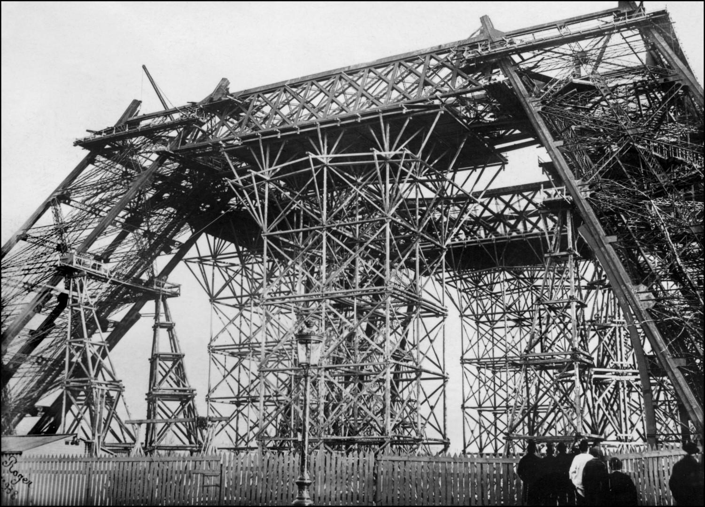 https://images.rtl.fr/~c/1501v1080/rtl/www/1181291-debut-de-la-construction-de-la-tour-eiffel-en-1887.jpg