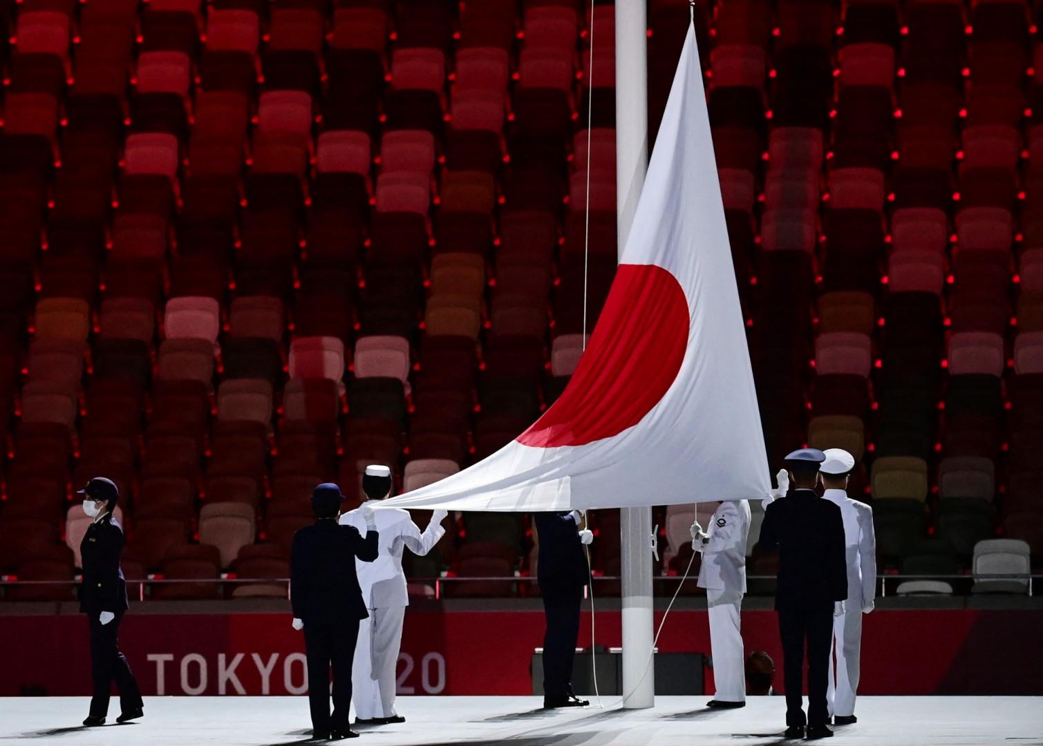 Le drapeau japonais hissé dans le stade olympique de Tokyo