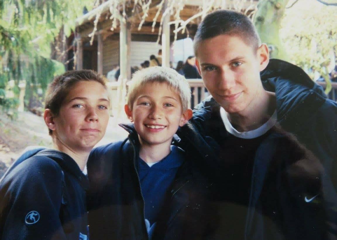 Kévin (à gauche) et Kim Tillie entouré d'un copain d'enfance