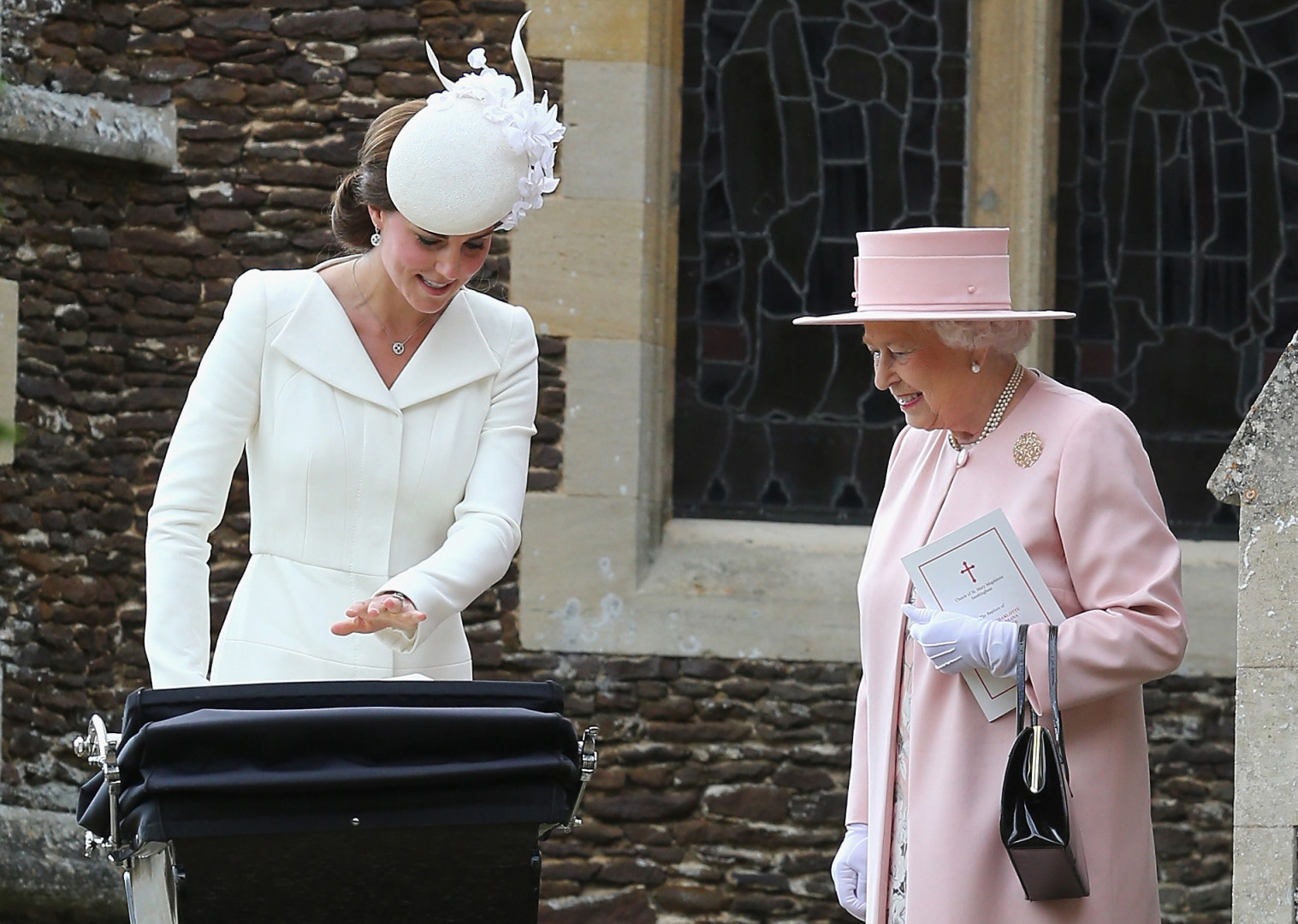 19. En arrière grand-mère attendrie devant la princesse Charlotte