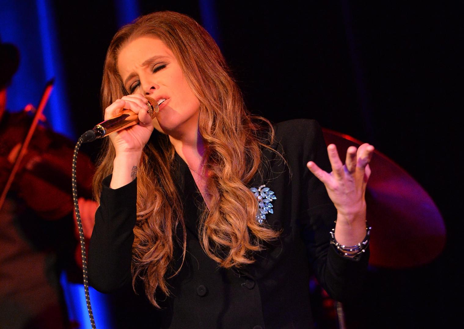 """""""Elle connaît les enjeux et les ficelles"""" de la politique, a confié Lisa Marie Presley à propos de l'ancienne secrétaire d'États de Barack Obama"""