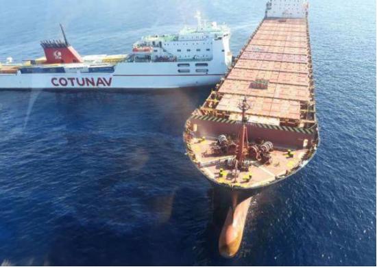 Le porte-conteneurs était en mouillage lorsque le navire roulier l'a percuté