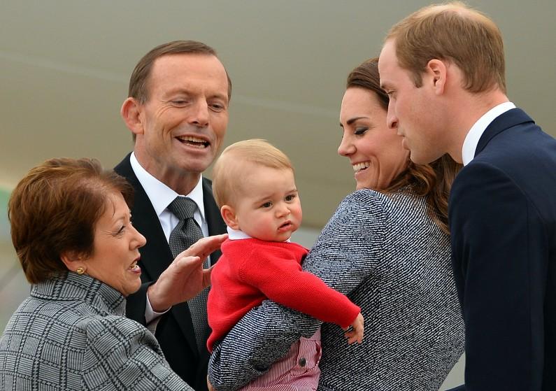 Le prince George s'est accaparé l'attention de Tony Abbott, premier ministre australien le 29 avril 2014
