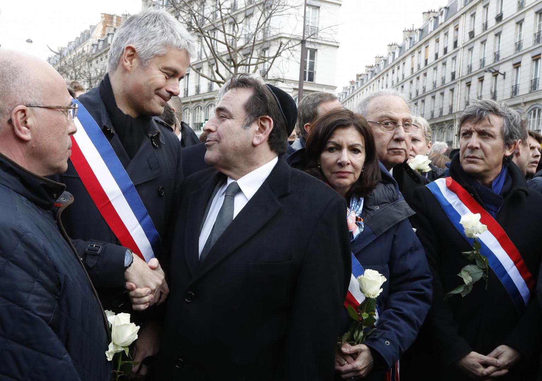 Éric Ciotti, Laurent Wauquiez et Anne Hidalgo entourent Joël Mergui, le président du Consistoire de Paris