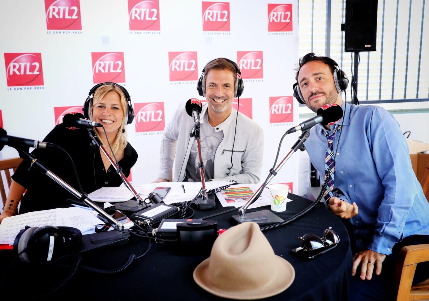 Charlie Winston en compagnie de Justine Salmon et Grégory Ascher sur la terrasse de RTL2