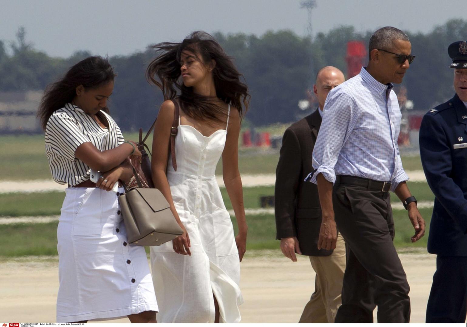 Robe blanche ultra-stylée, jupe crayon taille haute et effet capillaire bien rôdé : pas de doute, les soeurs Obama sont devenues de véritables fashionistas.