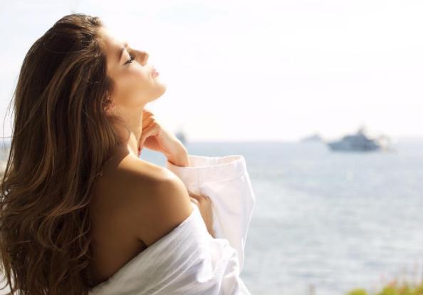 La jeune femme de 24 ans profite ensuite d'un bain de soleil à Cannes