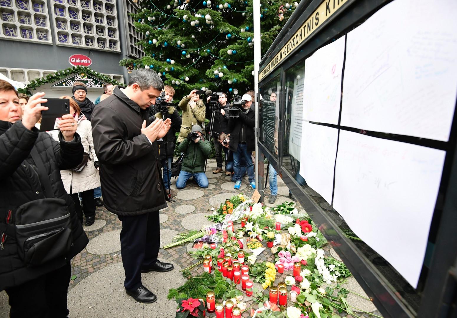 L'homme politique allemand Raed Saleh rend hommage aux victimes de l'attentat de Berlin le 21 décembre 2016.