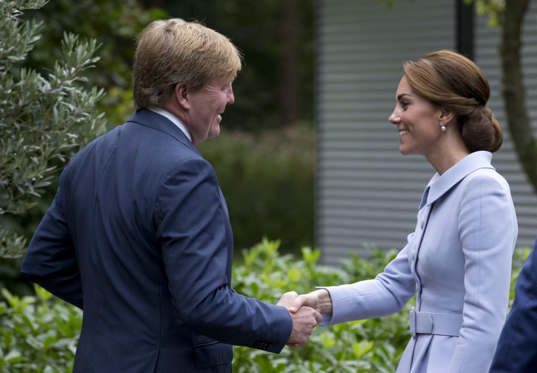 """La femme du prince William a rencontré le roi Willem-Alexander qui lui a dit : """"Bienvenue, bienvenue, enchanté de vous voir !"""""""