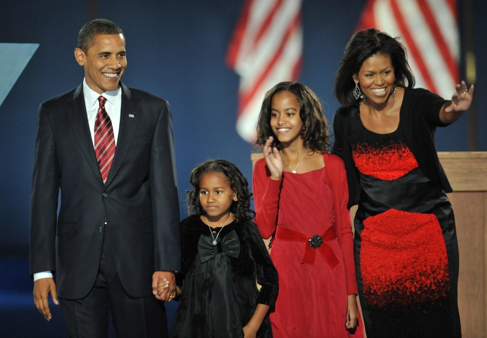 En rouge et noir, radieuses, elles célèbrent la victoire de leur papa à la présidentielle le 4 novembre 2008.
