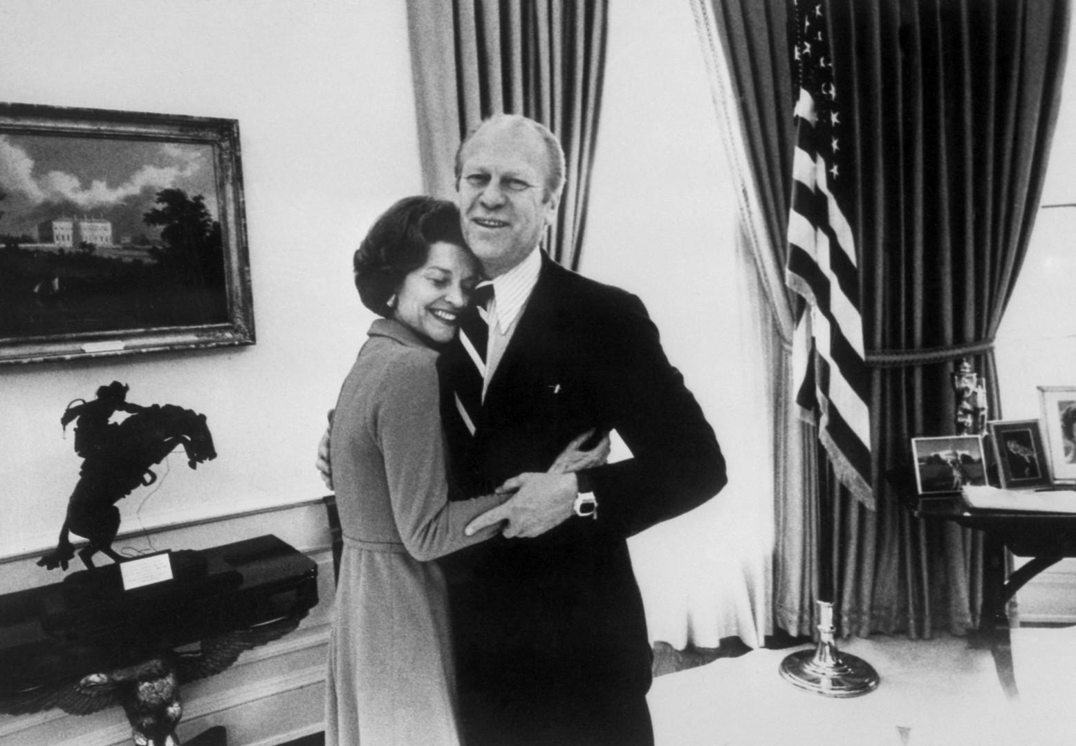 Gerald Ford enlaçant sa femme Betty à la Maison Blanche en 1974