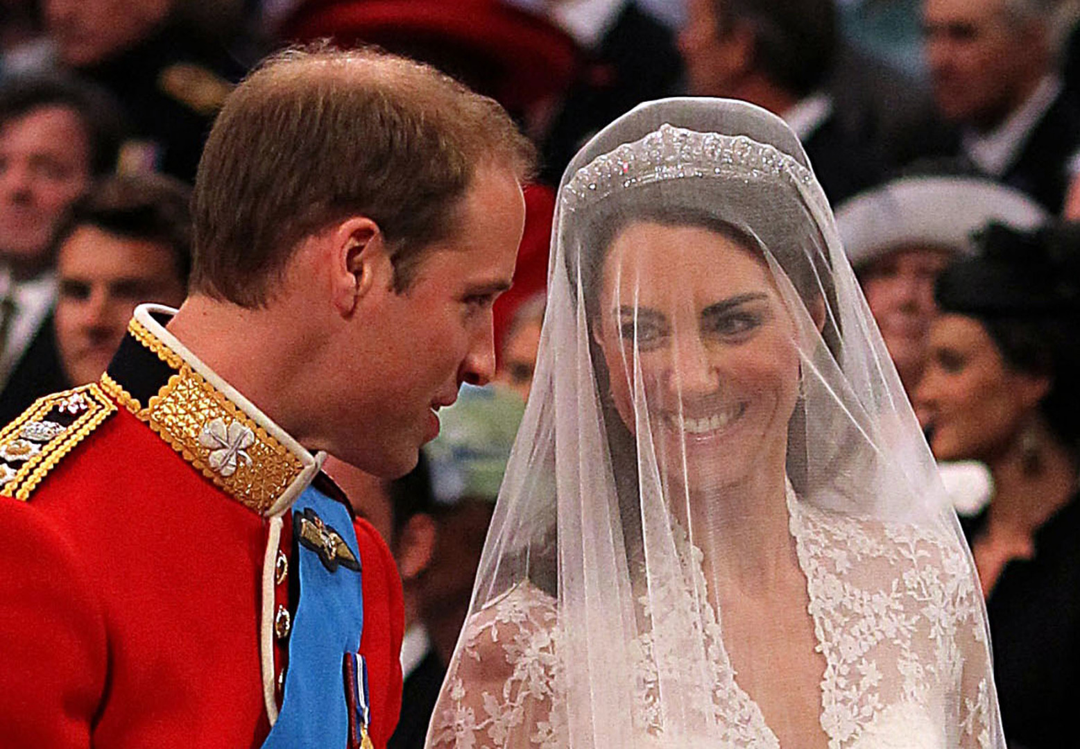 Premiers échanges de regards entre mari et femme le 29 avril 2011