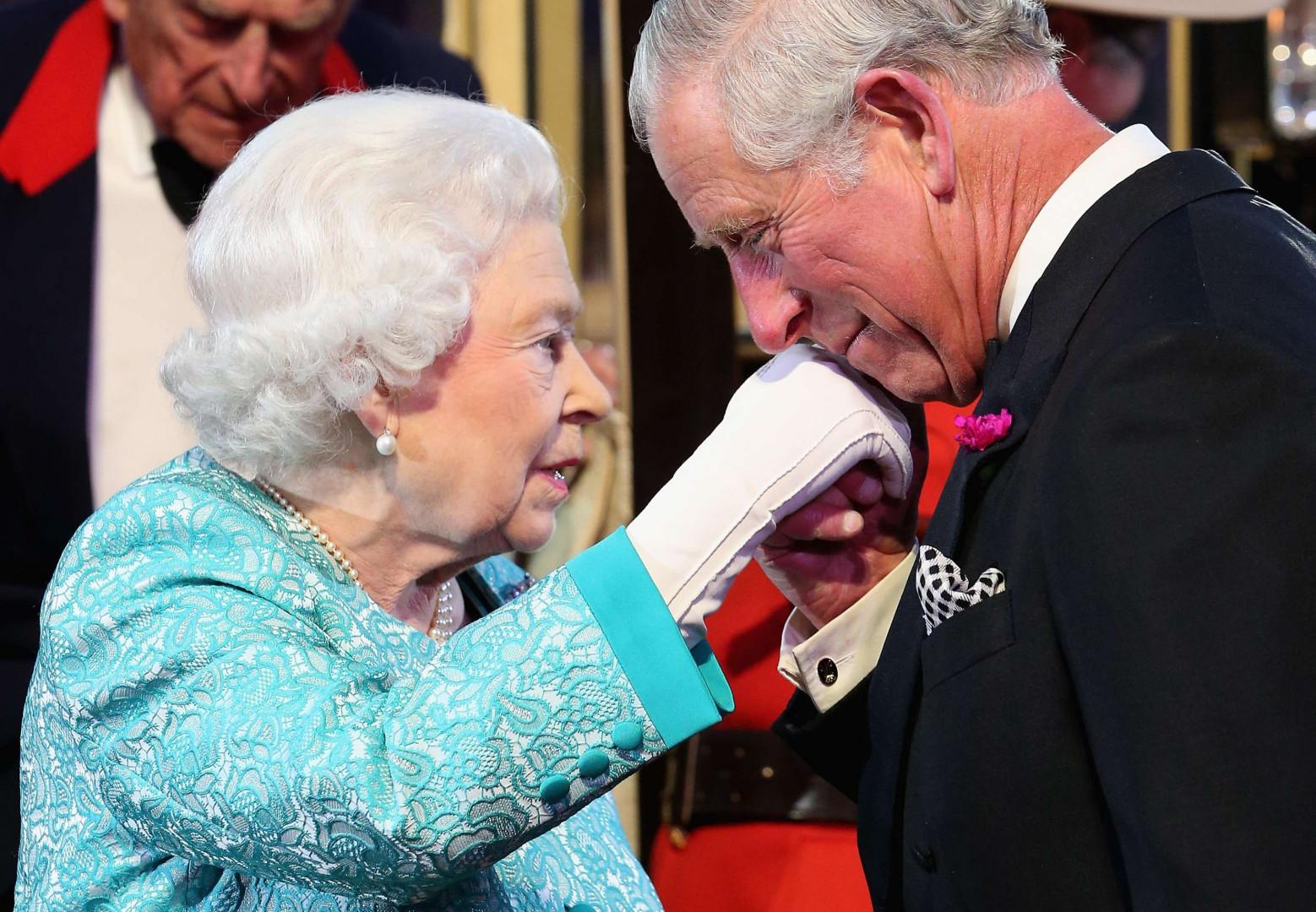Le prince Charles salue sa mère, la Reine Elizabeth II, à l'occasion de ses 90 ans le 15 mai 2016