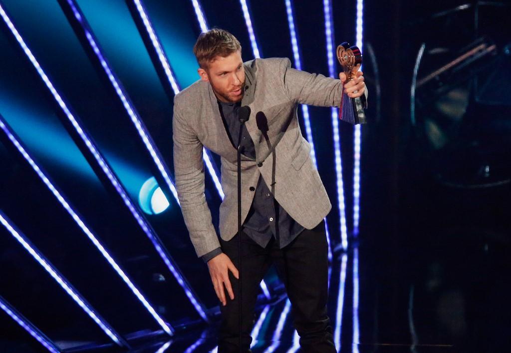 Calvin Harris reçoit le prix du meilleur artiste Dance de l'année durant la cérémonie iHeartRadio Music Awards.