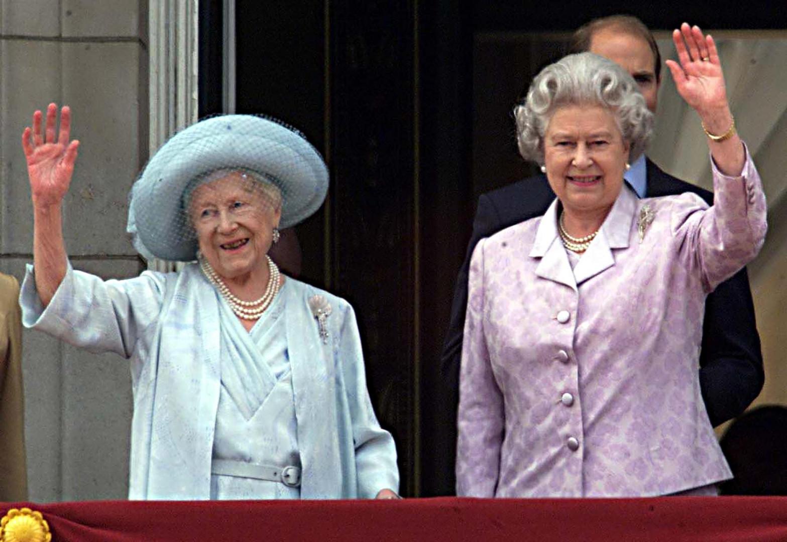 11. La Reine mère a fêté ses 100 ans en 2000, avec sa fille Elizabeth II