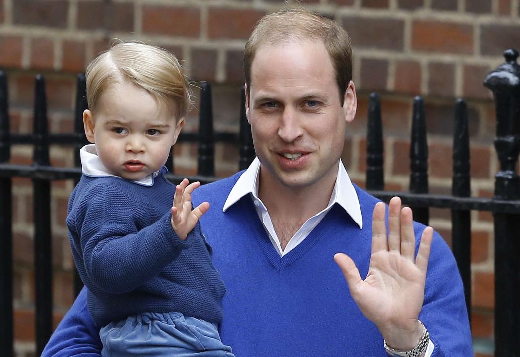 Le prince George avec son père, le prince William, en 2015.