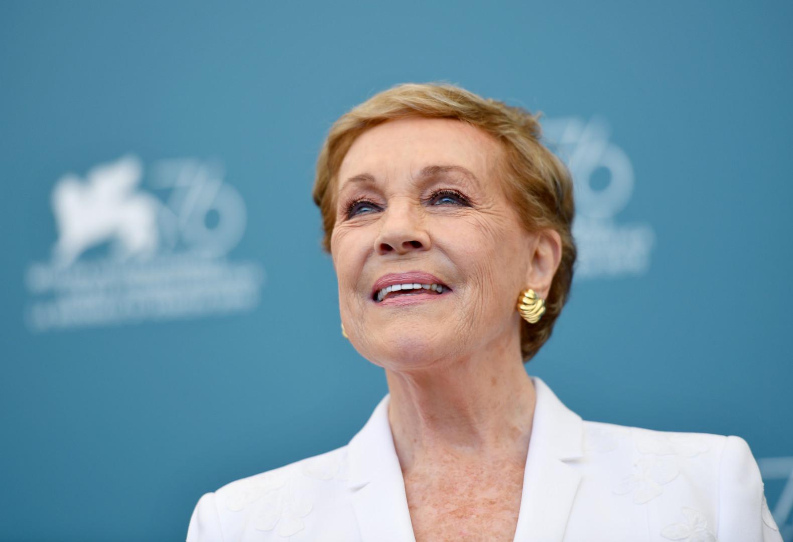 Julie Andrews n'est pas visible mais elle est la voix de la narratrice de la série