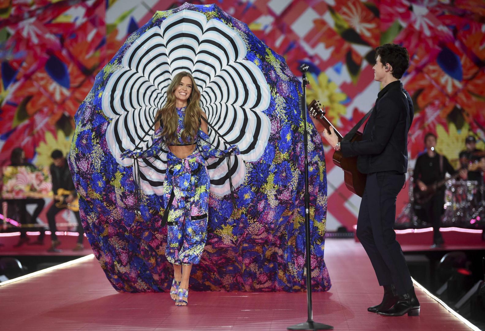 Le mannqeuin Josephine Skriver aux côtés du chanteur Shawn Mendes le jeudi 8 novembre à New York lors du défilé Victoria's Secret