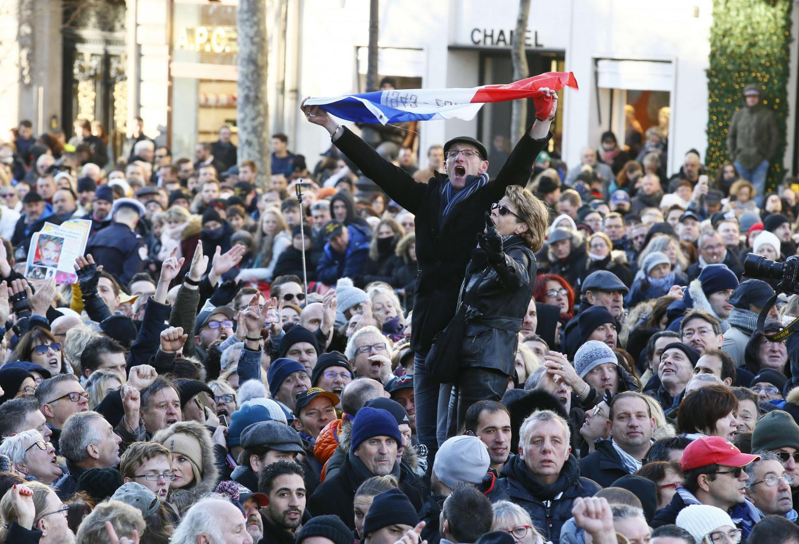 """""""Johnny ! Johnny !"""", a scandé la foule, lors de l'hommage populaire à Johnny Hallyday."""