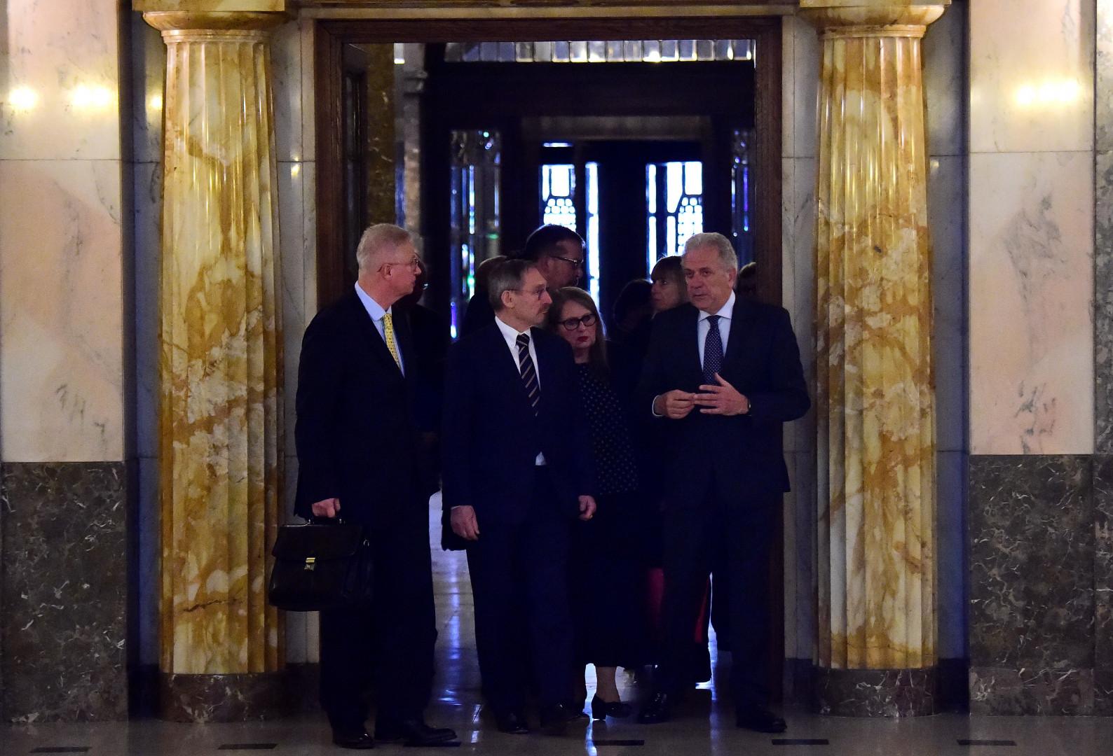 """Le conservateur László Trócsányi (à droite), ancien ministre de la justice de la Hongrie, prendra en charge le portefeuille """"Voisinage et élargissement""""."""