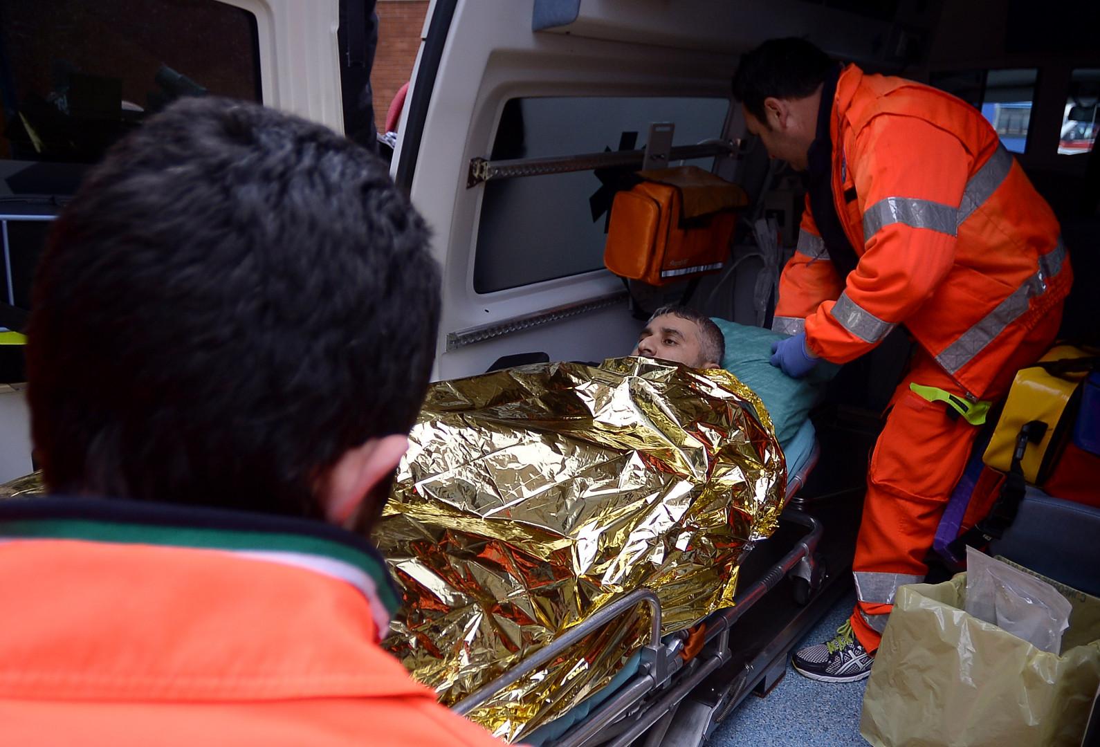 Un rescapé est emmené dans une ambulance pour recevoir les premiers soins