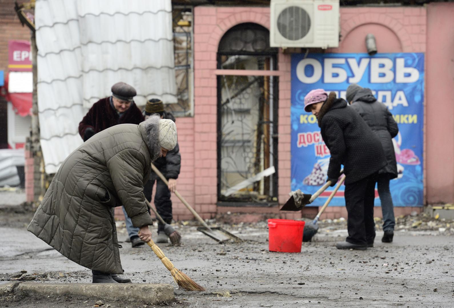 À Debaltseve, les habitants nettoient les rues