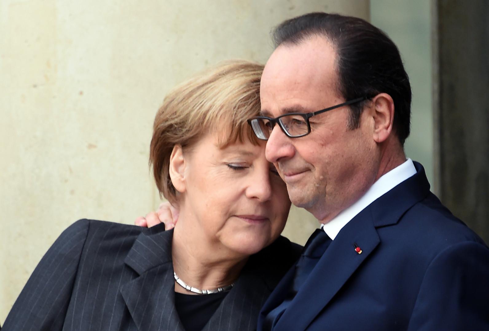 Angela Merkel réconforte François Hollande après les attentats, le 11 janvier 2015