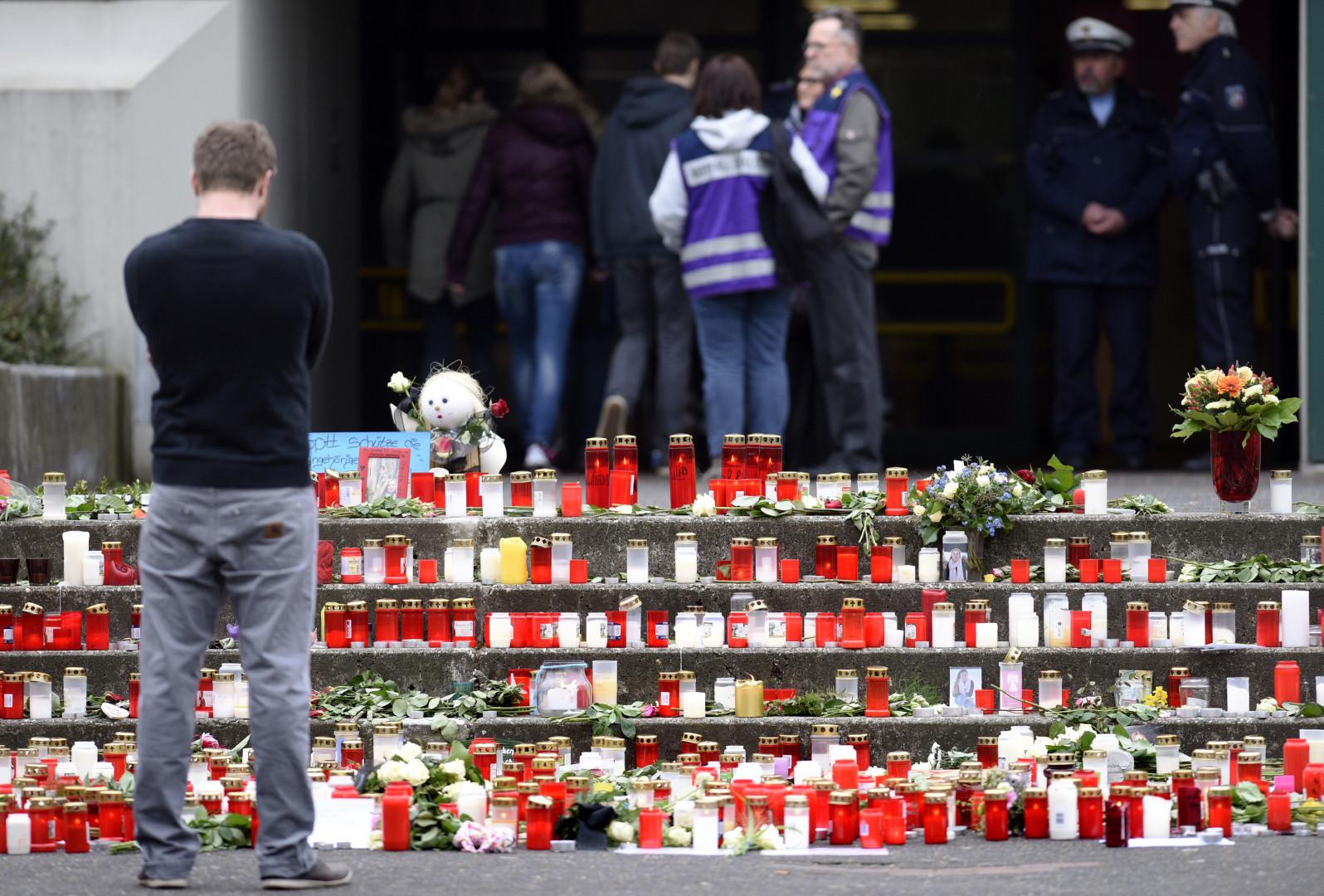 Un adolescent devant le mémorial installé devant l'école, sévèrement meurtrie par le crash de la Germanwing.
