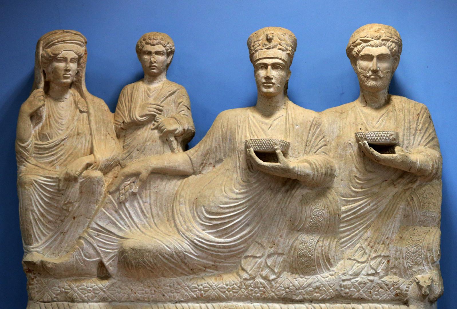 Une sculpture représentant une famille riche de la ville antique de Palmyre. Photo prise le 14 mars 2014