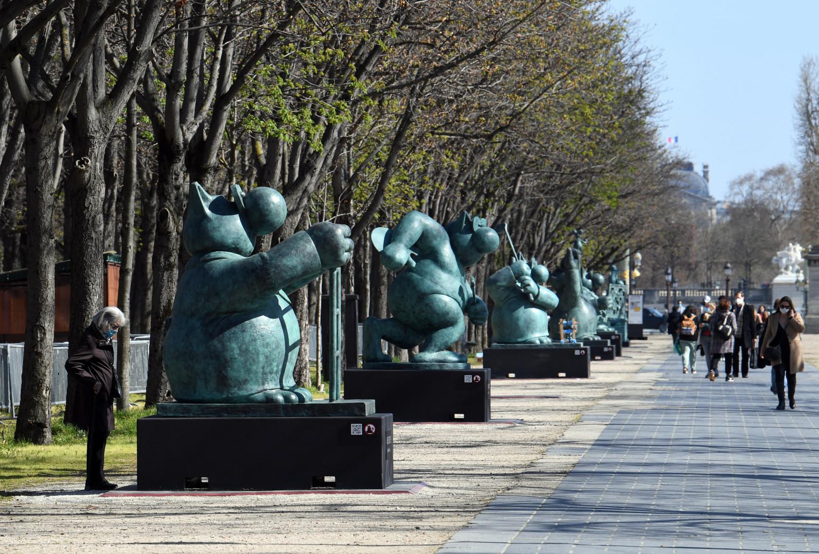 Vingt chats géants, en bronze et de deux mètres de haut ont investi la célèbre avenue