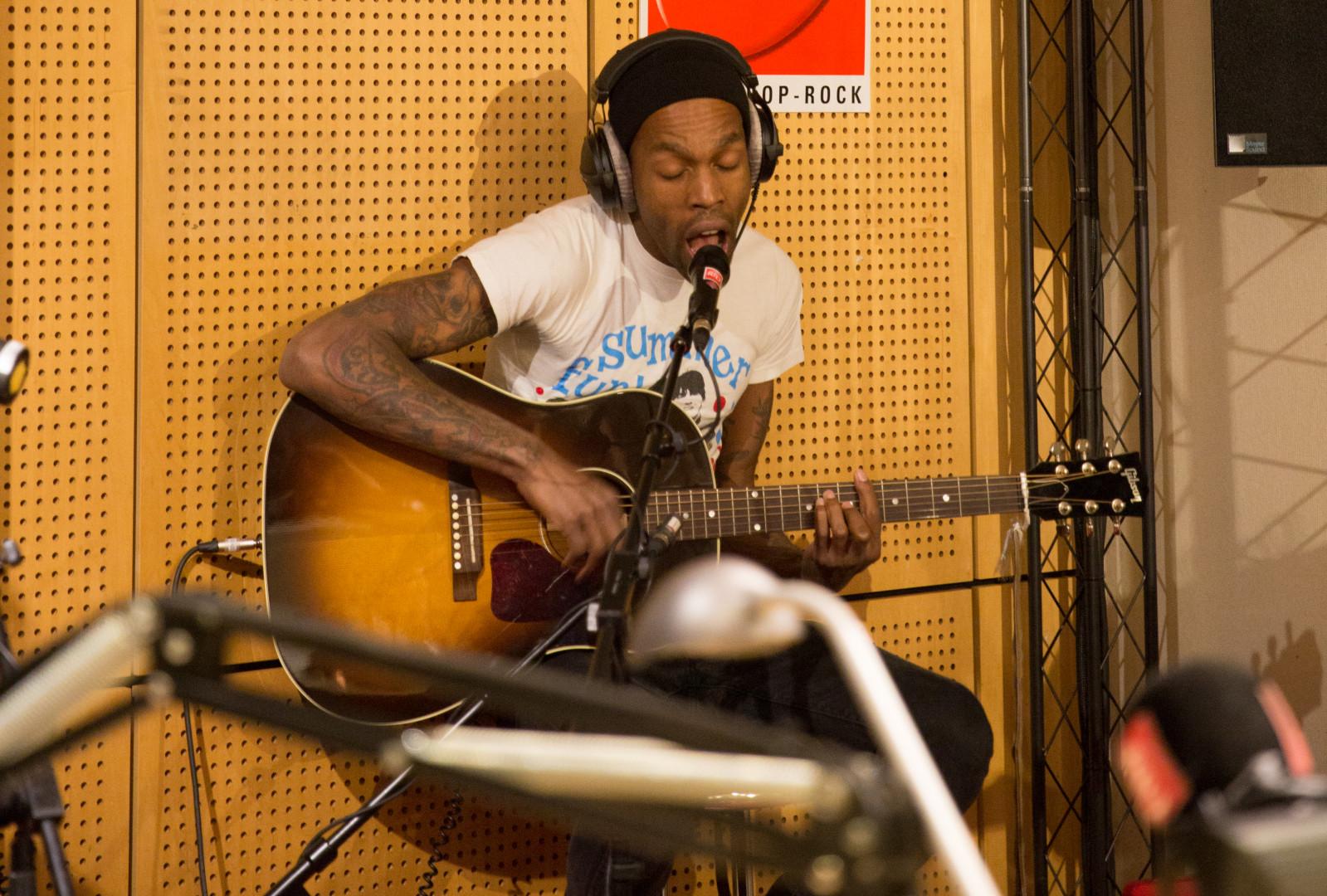 Mat Bastard dans les studios de RTL2
