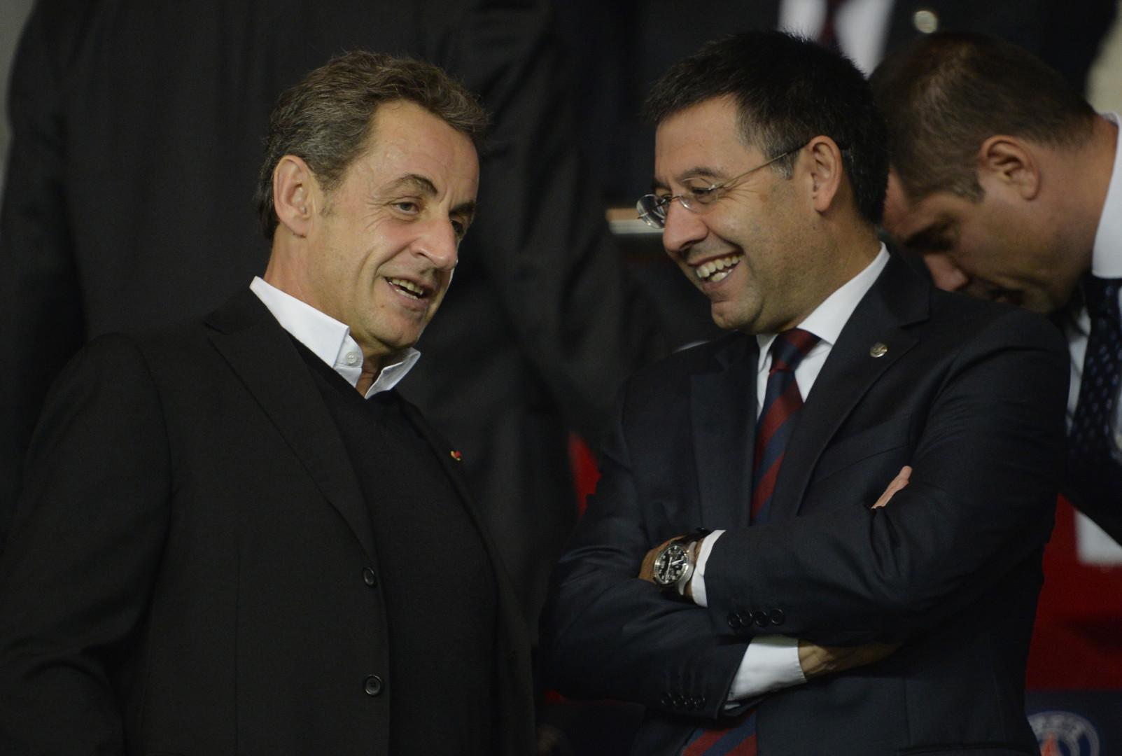 Nicolas Sarkozy ne manque pratiquement jamais un match du PSG. Ici, il discute avec le président du FC Barcelone, Josep Maria Bartomeu